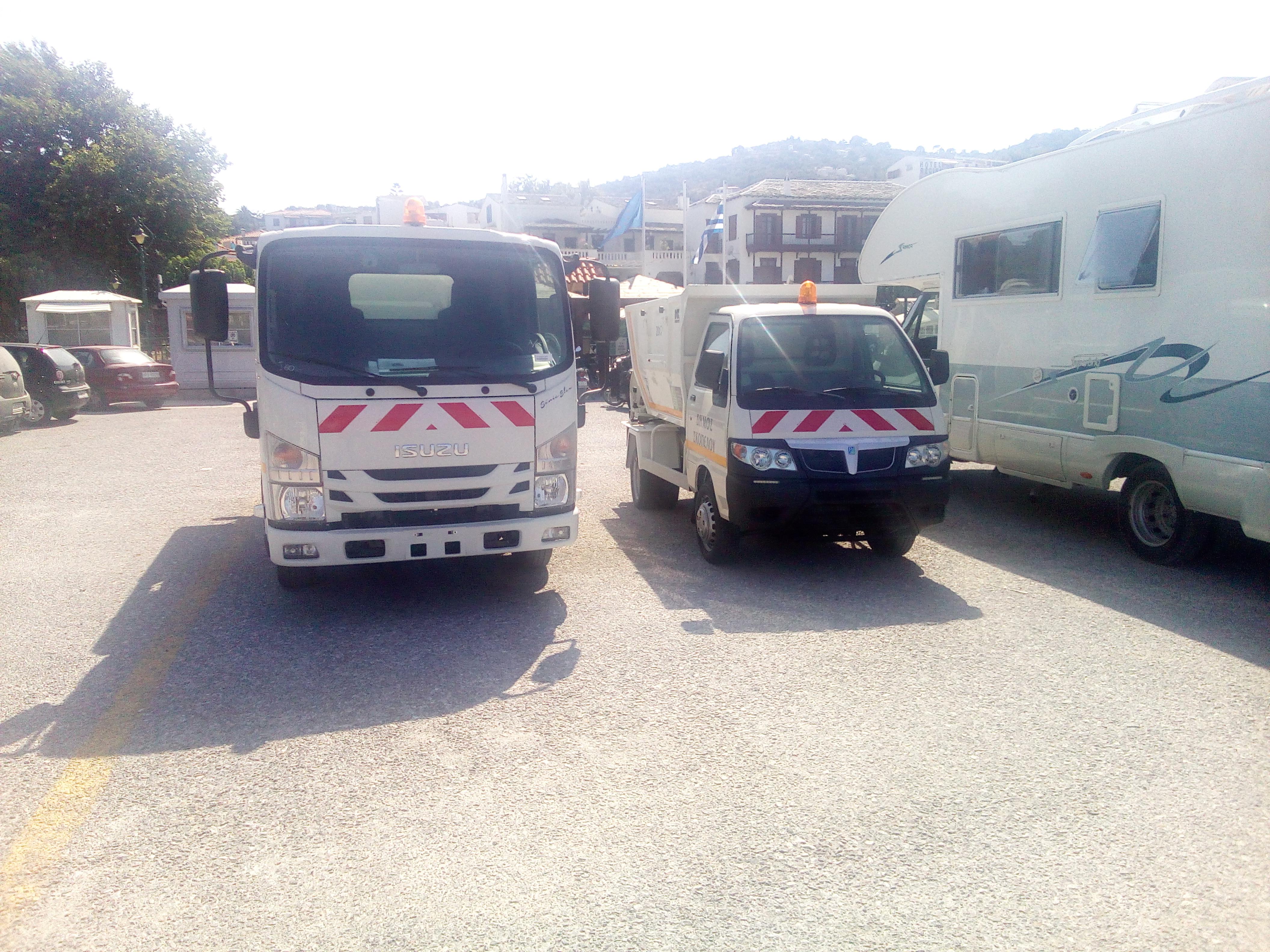 Παρκαρισμένα τα καινούργια απορριματοφόρα που πήρε ο Δήμος Σκοπέλου.