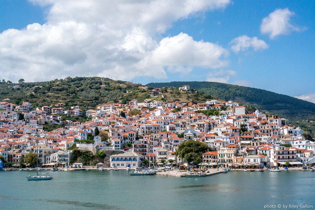 """Βρετανικό ταξιδιωτικό μέσο εκθειάζει τη Σκόπελο ως το αυθεντικό νησί του """"Mamma Mia"""" και των """"Abba"""""""