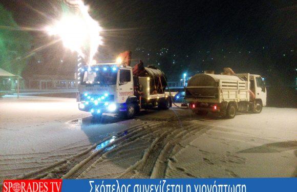 Συνεχίζεται η σφοδρή χιονόπτωση στην Σκόπελο