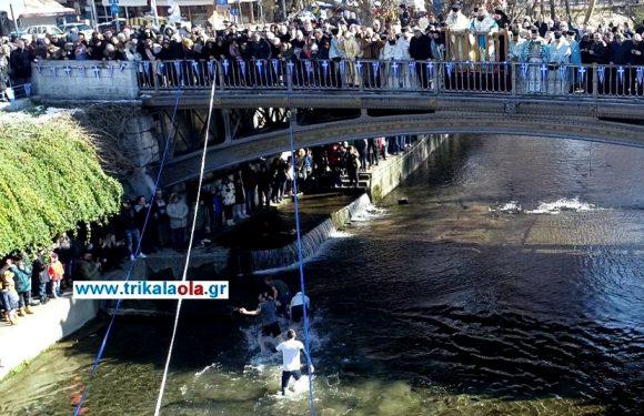 ΤΡΙΚΑΛΑ Θεοφάνεια: Τολμηροί βούτηξαν στα παγωμένα νερά του ποταμού για το Σταυρό (βίντεο-30 φωτό) μέρος 1ο