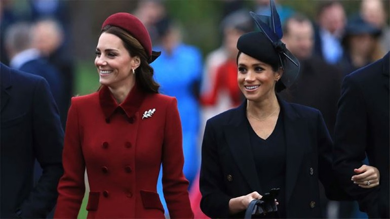 Η Meghan Markle ποζάρει με περιοδικό που έχει εξώφυλλο την Kate Middleton και γίνεται viral