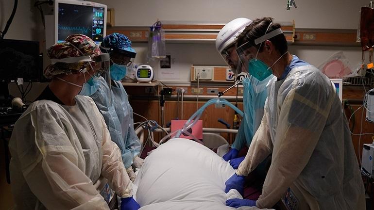 Αρνητικό ρεκόρ θανάτων με 1.564 νεκρούς σε 24 ώρες λόγω Covid-19