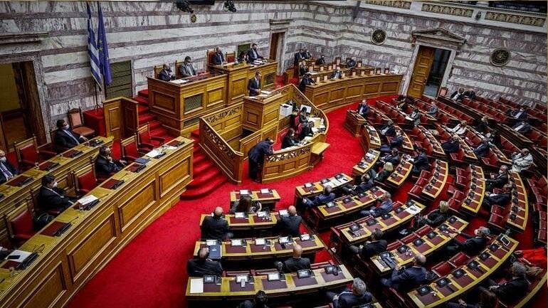 Οι πολιτικοί αρχηγοί διασταυρώνουν τα ξίφη τους στη Βουλή για τη διαχείριση της πανδημίας