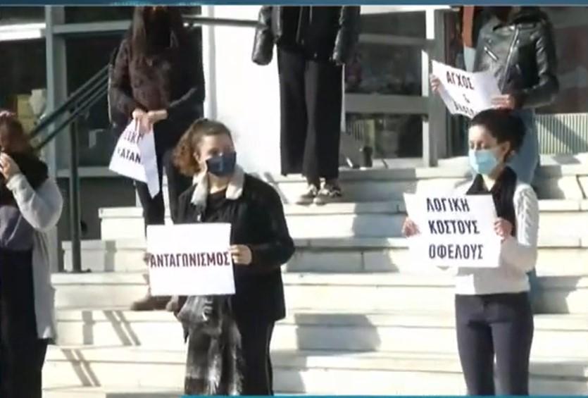 Σιωπηρή διαμαρτυρία φοιτητριών για τις σεξουαλικές κακοποιήσεις στο ΑΠΘ (video)