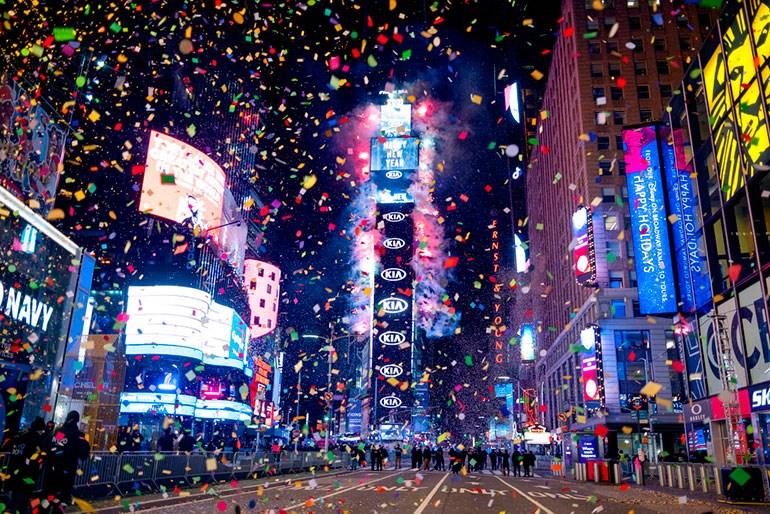 Ο πλανήτης γιόρτασε ήσυχα και ιδιωτικά την έλευση του νέου έτους